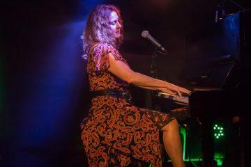 Dominica Merola, auteure-compositrice-interprète, québécoise en concert à Charolles le 25 novembre 2018.
